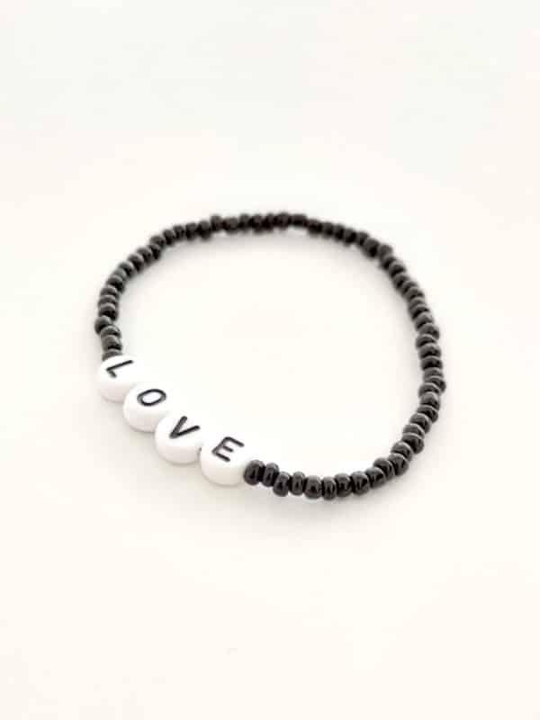 Bracelet perles lettres LOVE noir